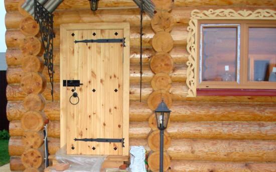 входная дверь для деревенского дома